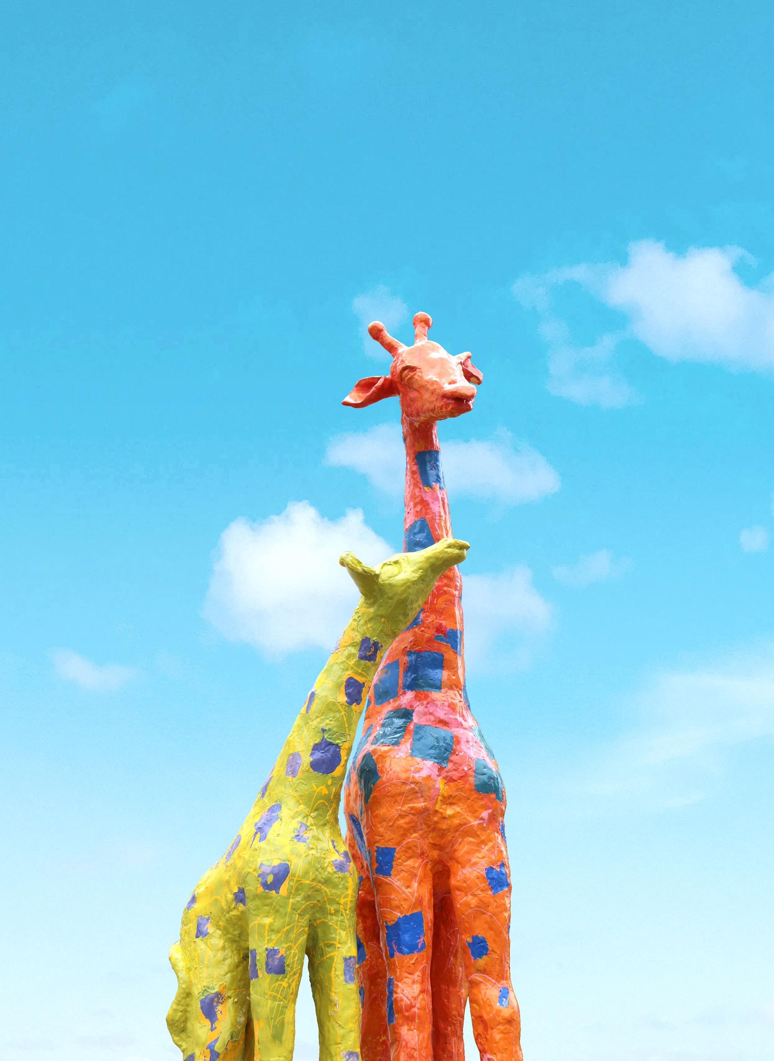 青空を背景にしたキリンのオブジェの写真